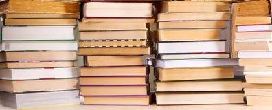 книги закрывают штабелируют вверх Стоковые Изображения