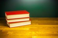 Книги знания на деревянной таблице стола в библиотеке Стоковое фото RF