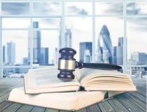 Книги и деревянный молоток на таблице постамент правосудия принципиальной схемы 3d золотистый представляет маштаб Стоковые Фото
