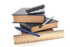 Книги и изолированная ручкой белизна стоковое изображение