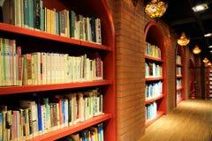 Книги и книжные полки в библиотеке Стоковые Фотографии RF
