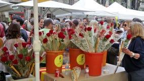 Книги и красные розы во время Sant Jordi традиционно в фестивалях на Каталонии видеоматериал