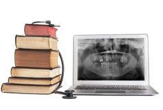 Книги и рентгеновский снимок в компьтер-книжке Стоковые Изображения RF
