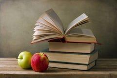 Книги и яблоки стоковое изображение rf