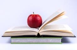 Книги и Яблоко Стоковые Фотографии RF