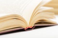 Книги крупного плана открытые старые против светлой бежевой предпосылки Стоковое фото RF