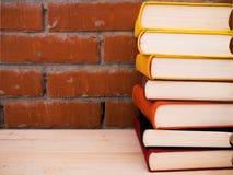 Книги лежа на таблице Стоковое Изображение