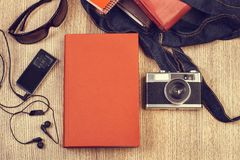 Книги, наушники и камера стоковое фото