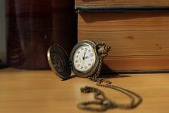Книги на античных часах Стоковые Изображения