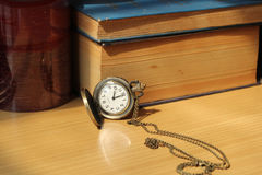Книги на античных часах Стоковые Фото
