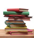 Книги на деревянным белизне полки изолированной концом-вверх Стоковые Изображения RF