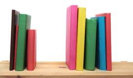 Книги на деревянным белизне полки изолированной концом-вверх Стоковые Изображения