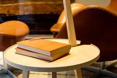 2 книги на круглом столе Стоковая Фотография