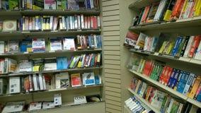 Книги на полках продавая на магазине Стоковое Изображение RF