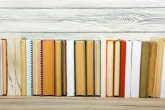 Книги на полке стола деревянного стола grunge в библиотеке Назад к предпосылке школы, космос экземпляра для вашего текста объявле Стоковые Фотографии RF