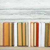 Книги на полке стола деревянного стола grunge в библиотеке Назад к предпосылке школы, космос экземпляра для вашего текста объявле Стоковое Изображение RF