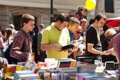 Книги на стойлах в Sant Jordi в Барселоне стоковое фото rf