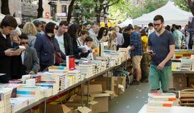 Книги на стойлах улицы в Барселоне, Каталонии Стоковые Изображения RF