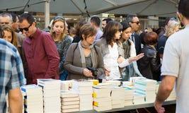 Книги на стойлах улицы в Барселоне Стоковые Фотографии RF