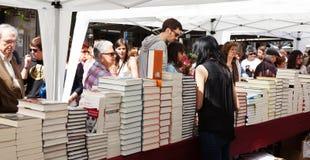 Книги на стойлах улицы в дне St. George стоковые фото
