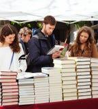 Книги на стойлах улицы. Фокус на книгах стоковые изображения