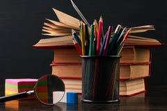 книги на столе в аудитории Стоковые Фотографии RF