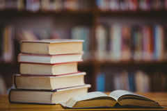 Книги на столе в библиотеке Стоковая Фотография