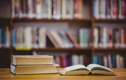Книги на столе в библиотеке Стоковое фото RF