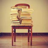 Книги на стуле, с ретро влиянием Стоковое Фото