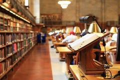 Книги на таблице в читальном зале Стоковые Фотографии RF