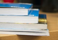 Книги на таблице, сортированной как лестницы Стоковые Изображения