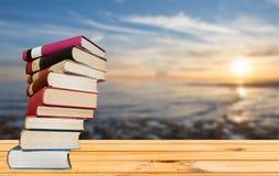 Книги на таблице с морем на заднем плане Стоковое Фото