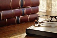Книги на таблице и стеклах и нижнем окне Стоковое Изображение