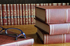 Книги на таблице и стеклах Стоковые Фотографии RF