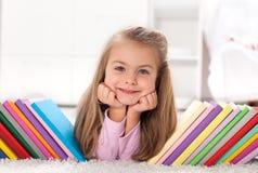 книги открывая девушку меньший мир Стоковые Фотографии RF