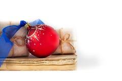 Книги подарка и шарик рождества, состав праздника на белой предпосылке Стоковые Фото