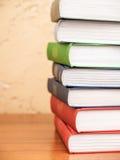книги предпосылки черные изолированные над таблицей Стоковая Фотография