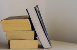 книги предпосылки черные изолированные над таблицей Стоковое Изображение RF