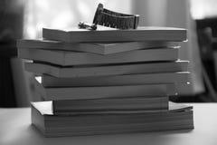 Книги, ручка, часы помещенные на его столе, вчера стоковые фотографии rf