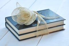 2 книги связанной с лентой рафии Стоковое Изображение