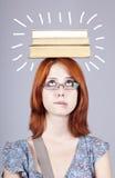 Книги содержания девушки на ее головке. стоковое изображение rf