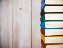 Книги стоя на таблице Стоковое Изображение