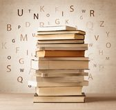 Книги с письмами летания на винтажной предпосылке Стоковое фото RF
