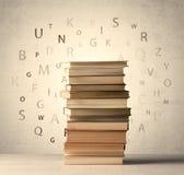 Книги с письмами летания на винтажной предпосылке Стоковое Фото