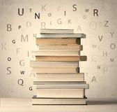 Книги с письмами летания на винтажной предпосылке Стоковое Изображение