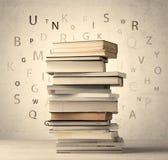 Книги с письмами летания на винтажной предпосылке Стоковая Фотография RF