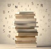 Книги с письмами летания на винтажной предпосылке Стоковые Изображения RF