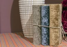 Книги с тканью связывая в домашнем интерьере стоковые фотографии rf