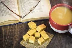 Книги с чашкой кофе Стоковое Изображение RF
