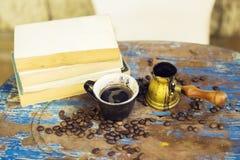 Книги, турок и кофе на деревянном столе Стоковое фото RF